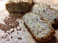 Štavnatý bezlepkový chleba s výraznou chutí. Je skvělý samotný i s krémovým sýrem. Obložit ho však můžete vším, co máte rádi :)