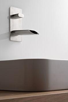 Ce mitigeur de lavabo encastré en finition nickel brossé de la collection de robinetterie de salle de bain Pao Spa se caractérise par un design épuré et minimaliste qui associe harmonieusement lignes arrondies et anguleuses. Cette gamme de produits est en laiton et se décline en chromé, nickel brossé, en epoxy blanc ou encore en epoxy noir.