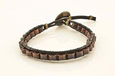 (01177-0) Kit de pulseiras masculinas em couro    O Kit contém.  1 - Pulseira com 3 couros e um pingente de metal na cor ouro velho.  1 - Pulseira chan luu em couro e madeira.  1 - Pulseira trançada em couro marrom.    Todas as pulseiras possuem extensor para ajuste, mas é necessário que você inf...