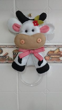 Porta Pano de Prato Vaquinha no Farm Crafts, Diy And Crafts, Sewing Stuffed Animals, Felt Ornaments, Felt Animals, Free Food, Sewing Crafts, Dolls, Crochet