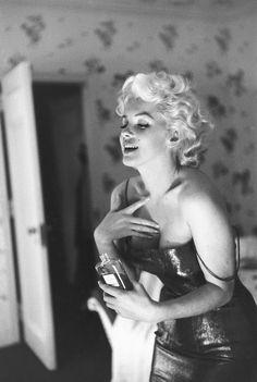 La icónica foto de Marilyn, seductora, poniéndose Chanel No. 5. | 31 Fotos cándidas de Marilyn Monroe en Nueva York