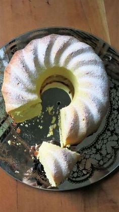 Ce gâteau est d'un moelleux irrésistible.... Ingrédients: 2 œufs - 1 blanc d'œuf - le jus et zeste de 2 citrons - 160gr de sucre glace - 160gr de crème fraiche épaisse - 120gr de beurre fondu - 300gr de farine - 2C.à café de levure chimique - Commencez... Baking Recipes, Cake Recipes, Good Food, Yummy Food, No Cook Desserts, Caramel Apples, I Foods, Brunch, Food And Drink