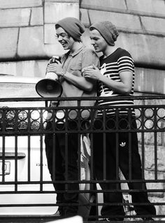 One Direction - Harry Styles & Louis Tomlinson - HaLo Larry greyscale beanie Larry Stylinson, Louis Dad, Old Married Couple, Larry Shippers, Singing Happy Birthday, Best Friendship, Louis And Harry, I Love One Direction, Harry Edward Styles