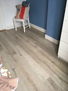Douwes Dekker laminaat Dikte: 7 mm | Gebruiksklasse: 23/32 | Slijtweerstand: AC4 | R-waarde: 0,055 m2 K/W | Legsysteem: Uniclic | V-groef: geen | Pakinhoud: 1,824 m2 | Plankformaat: 120 x 19 cm | Oppervlaktestructuur: fijne structuur Tile Floor, Flooring, Plank, Tile Flooring, Wood Flooring, Planks, Floor