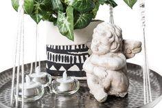 Bei diesem Hängeregal/Hängeteller wurden ökologische Baumwollkordeln zu vier Strängen handgefertigt, an denen eine Silberschale scheinbar schwerelos schwebt. Die Aufhängung erfolgt mittels Metallring.  Die Kordeln sind naturweiß mit eingeknüpften Silberperlen.  Größe: Länge ca. 150 cm | Platte: ø 42 cm #schwebend #tablet #dekoration #wohnzimmerideen Throw Pillows, Inspiration, Metal Ring, Garlands, Handmade, Gifts, Biblical Inspiration, Toss Pillows, Cushions