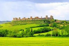 Discover the wonderful medieval village of Monteriggioni near Siena. Encircled by fortified walls and fourteen towers, this little charming village is one of the main sights in Tuscany! Vila Medieval, Medieval Town, Emilia Romagna, Toscana Italia, Sanctuary City, Luxury Travel, Italy Travel, Lucca, Land Scape