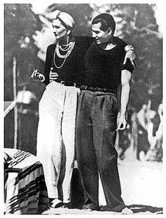 Só quero mesmo fazer um apanhado de referências para lembrar vocês que o guarda-roupa não deve ter restrições de gênero, e que é preciso experimentar a moda de um jeito mais livre, dando ouvidos a algumas vontades que às vezes reprimimos e sem ligar para o que pensam os outros. Aliás, enquanto em NY as mulheres têm o direito de andar pelas ruas com os seios à mostra, na França uma lei que proibia as mulheres de usarem calça (!!!) só foi oficialmente derrubada no ano passado (!!!!!!).