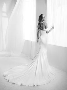Very accentuated mermaid style strapless wedding dress - Raciela - Pronovias   Pronovias