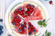 En skive vannmelon med friske bær kan fort bli sommerens favorittdessert.