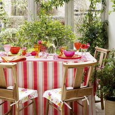 Make a focal point out of your dining table / 10 ways to update your conservatory / housetohome.co.uk