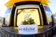 Tour de France 2016 - 15/07/2016 - Etape 13 - Bourg-Saint-Andéol/ La Caverne du Pont-d'Arc (37,5 km) - Les différents leaders du classement déposent leurs fleurs sur le podium en hommage aux évènements de Nice © ASO/B.Bade