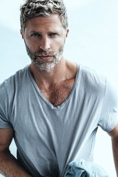 Silver foxes can attain an edgy dapper look, if treat their grey with respect. Here's fifty inspirational and stylish ways to rock grey hair styles. Beard Styles For Men, Hair And Beard Styles, Bart Styles, Silver Foxes Men, Balayage Straight, Trendy Mens Haircuts, Grey Beards, Men With Grey Hair, Gray Hair