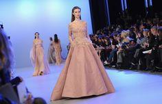 Modelos andar na pista durante a apresentação da coleção de alta costura Elie Saab Primavera 2014 durante a Paris Haute Couture Fashion Week em janeiro 22, 2014 em Paris, França.