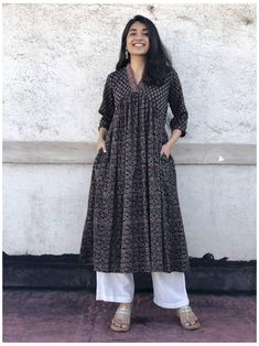 Simple Kurta Designs, Stylish Dress Designs, Kurta Designs Women, Designs For Dresses, Stylish Dresses, Pakistani Fashion Casual, Indian Fashion Dresses, Dress Indian Style, Indian Designer Outfits