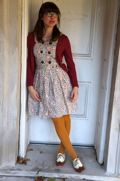 I will try to keep an open mind about my legs with this type of shoe. I usually wear boots with skirts to balance out my legs. Indie Fashion, Retro Fashion, Vintage Fashion, Yellow Tights, Coloured Tights, Cool Tights, Outfit Posts, Outfit Ideas, Fashion Gallery