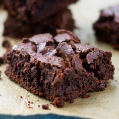 Schoko Protein Brownies  Zutaten (ca. 15 Brownies) - 4 Eier - 30g Eiweisspulver (Schoko) - 30g Backkakao - 30g Bitterschokolade (min. 70%) - 100g Butter - 1 Vanilleschote - 150g gemahlene Haselnüsse - 100g Xucker  Zubereitung Die Eier aufschlagen und das Eiklar und Eigelb in zwei Schüssel trennen. Den Xucker und die aufgeweichte Butter in die Schüssel mit dem Eigelb geben und mit einem Handrührgerät vermischen. Das Proteinpulver sowie den Backkakao ebenfalls nach und nach dazugeben und…