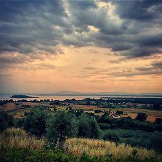 Tra cielo, acqua e terra. #AlTrasimeno si tramonta così  foto di @davidelico