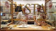 Eataly Milão  e Bolonha - Italiana Blog Pasta Shop, Pasta Bar, Pizzeria Design, Restaurant Design, Pasta Restaurants, Italian Restaurants, Italian Buffet, Fresh Pasta, Homemade Pasta