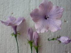 Петуния . Комментарии : LiveInternet - Российский Сервис Онлайн-Дневников uses textured plastic for veining the petals...what a good idea