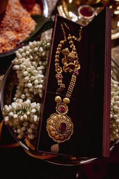 A Magical Wedding With A Heartwarming Story Bridal Jewelry Vintage, Gold Wedding Jewelry, Gold Jewelry Simple, Bridal Jewelry Sets, Gold Bangles Design, Gold Jewellery Design, Antique Jewellery Designs, Gold Mangalsutra Designs, Gold Necklace