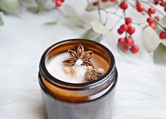 DIY: kerstkaars in peperkoekstijl Diy Christmas Gifts, Christmas Decorations, Diy Cadeau Noel, Candle Packaging, Make Beauty, Wedding Beauty, Halloween, Candle Jars, Diys