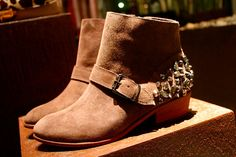 Linda ankle boot com spikes!