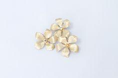 Hana flower clip in gold  | Luxury hair accessories from Geisha Fabulous