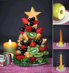 Uma árvore deliciosa para enfeitar a sua mesa de Natal! Use uma maçã como base e uma cenoura para espetar as frutas com o auxílio de palitos de dente.
