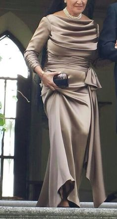 Espectacular madrina en tono champagne, con drapeado en el cuello a la barca y lazada lateral. La sobriedad mejor entendida. / Spectacular godmother in champagne tone with draped neck into the boat and side lacing . Sobriety better understood. #wedding #weddingguest #invitadasconestilo Evening Gowns With Sleeves, Sexy Evening Dress, Evening Dresses, Mother Of Groom Outfits, Mother Of The Bride Gown, Mature Women Fashion, Mode Chic, Contemporary Fashion, Satin Dresses