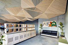 Assemble Studio présente leur travail pour leur studio à Melbourne.    Le plafond est composé de formes géométriques, inspirer de l'origami. Tous les meubles sont sur mesure et sur roues de sorte qu'ils peuvent être facilement déplacés et l'espace reconfiguré pour des évènements et des ateliers de conception