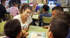 """El artículo explica el  PROYECTO  PIGMALIÓN  llevado a cabo en un instituto de Valencia para  favorecer el éxito escolar y disminuir el fracaso escolar. Consiste en una transición entre Primaria y Secundaria en el que los alumnos con riesgo de fracaso escolar tienen unos """"mentores"""" que les explican sus propias experiencias. Esos mentores son alumnos algo mayores  (FP ) que pueden ayudarlos a reconducir su trayectoria escolar. Es un macroproyecto en colaboración con las familias."""
