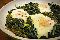 Türkische Eierpfanne mit frischem Spinat
