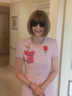 anna wintour #classicalvintagejewelry Anne Hathaway Pixie, Anna Wintour Style, Coco Chanel Fashion, Bob Haircut With Bangs, Vogue, Young Designers, Fashion Editor, Her Style, Casual Chic