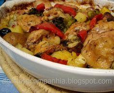 coxas de frango (ou frango inteiro em pedaços) rodelas de chouriço (facultativo) batatas pequenas (com casca, cortadas em pedaços) batat...