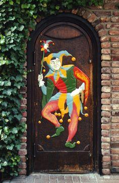 Изображение шута на двери в Брюггене