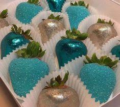 Strawberries and Edible Glitter (blue chocolate apples) Chocolate Azul, Chocolate Apples, Kreative Desserts, Strawberry Dip, Strawberry Ideas, Edible Glitter, Candy Table, Dessert Table, Chocolate Covered Strawberries