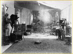 Studio photo des photographes hollandais Stafhell et Kleingrothe, en Indonésie (autrefois Indes orientales néerlandaises).