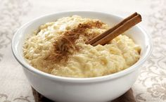 The best Spanish Food: Arroz con leche is the Spanish version of Rice Pudding, but it is widely believed that this dish has origins in Moorish cuisine. This simple Spanish dessert is enjoyed throughout the Spanish peninsular as well as across the world Slow Cooker Rice Pudding, Easy Rice Pudding, Quinoa Pudding, Rice Pudding Recipes, Rice Puddings, Pudding Desserts, Stove Top Rice Pudding Recipe, Stovetop Rice Pudding, Arborio Rice Pudding