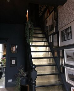 Dark hallway and dramatic gold staircases // painting the steps a metallic colour Interior Pastel, Interior Simple, Home Interior Design, Natural Interior, Style At Home, Hallway Designs, Hallway Ideas, Dark Hallway, Dark Staircase