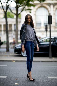 Jeans, grey sweatshirt, black leather jacket, black pumps ☑️