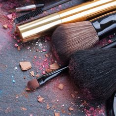 DIY Makeup Brush Cleaner with Lemon and Tea Tree Oil by @draxe