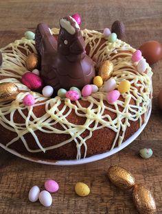 Ce joli nid est en fait un marbré de Pâques au café ! Simplissime à faire, il plaira assurément à toute la famille. Décorez-le selon vos goûts ! Cupcakes, Eat Dessert First, Caramel Apples, Easter Bunny, Cake Recipes, Roll Cakes, Sweets, Bundt Cakes, Scrapbooking