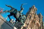 Marne : Reims : Cathédrale Notre-Dame : (XIIIe siècle). Destinée à accueillir le sacre des rois de France, elle a été pourvue de la plus belle des façades du royaume. Ornée de 2 303 motifs sculptés, la cathédrale de Reims est la seule église à posséder des anges aux ailes déployées, parmi lesquels le célèbre Ange au Sourire, sur le portail gauche de la façade. Les célèbres vitraux datent pour la plupart du XIIIe siècle. Les trois vitraux de la chapelle axiale sont l'œuvre de Marc Chagall…