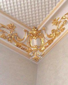 No photo description available. Interior Ceiling Design, House Ceiling Design, Bedroom False Ceiling Design, Ceiling Decor, House Design, Classic Ceiling, Plaster Art, Ring Pillow Wedding, Wall Molding