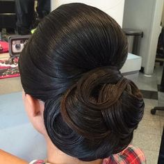 What a beautiful large low bun! Care however should be taken before adopting suc… - All For Little Girl Hair Modern Hairstyles, Bride Hairstyles, Wedding Fotografie, Peinado Updo, Mother Of The Bride Hair, Bridal Hair Inspiration, Hair Upstyles, Natural Hair Styles, Long Hair Styles