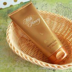 Oriflame Beauty Products, Oriflame Cosmetics, Makeup Cosmetics, Makeup Brush Hacks, Almond Shell, Honey Sugar Scrub, Best Body Scrub, Hand Scrub, Beauty Products