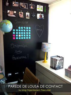 Parede incrível, diferente e ótima ideia para o escritório ou seu cantinho de estudo. É só revestir com contact preto fosco e usar a imaginação!