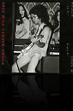 On Fire: This blazing Van Halen club show is their earliest known live recording Van Halen 1, Eddy Van Halen, Alex Van Halen, Best Rock Bands, Cool Vans, My Favorite Music, Rare Photos, Music Stuff, Rock Music