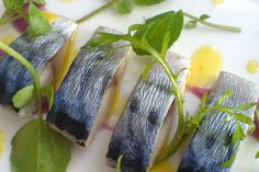 Подборка лучших рецептов приготовления маринованной скумбрии с луком - классический вариант к Новому году, рецептура соленой рыбы