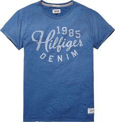 Klassisches T-Shirt von Hilfiger Denim mit Rundhalsausschnitt und Print auf der Vorderseite. Angenehmer Tragekomfort, hochwertige Baumwollqualität. 100% Baumwolle...